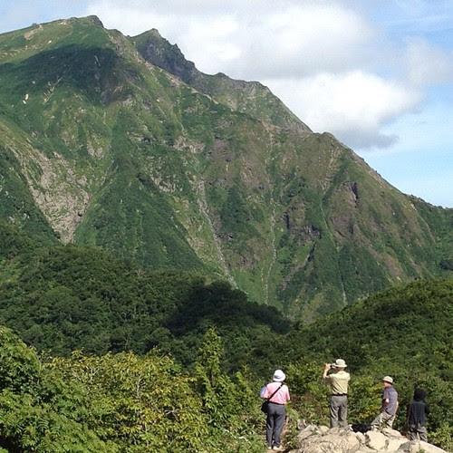 ないと思ったら撮ってた。天神平登山口から見えたオキ&トマとそれに群がるおじいちゃんたちの図。この時間に頂上にいればなあ。