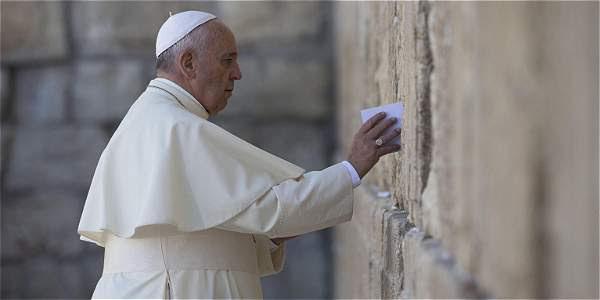 El papa Francisco deja una nota en el muro de las Lamentaciones, el lugar más sagrado del judaísmo.