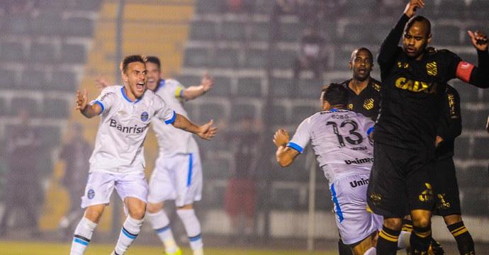 Bobô gol Figueirense x Grêmio (Foto: EDUARDO VALENTE - Agência Estado)