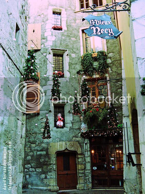 Calle de Annecy, Francia, decorada para Navidad