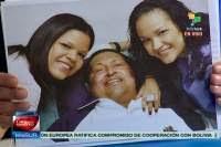El presidente Hugo Chávez junto a sus dos hijas durante su recuperación en La Habana, el 14 de febrero de 2013