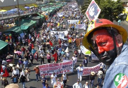 Marchan electricistas de nuevo a San Lázaro. Foto: David Deolarte