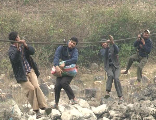 perierga.gr - Παιδιά κρέμονται σε συρματόσχοινο για να πάνε σχολείο!