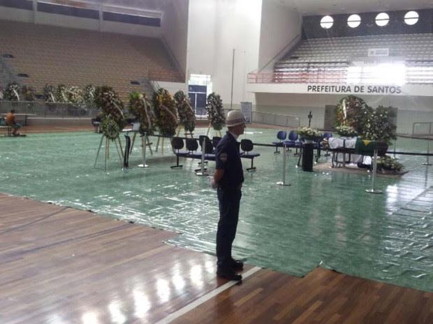 Corpo de Chorão chegou por volta das 21h30 no ginásio Arena Santos (Foto: Mariane Rossi/G1)