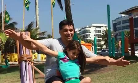 Cadeirante desde os dois anos, a menina sempre superou as dificuldades com alegria: