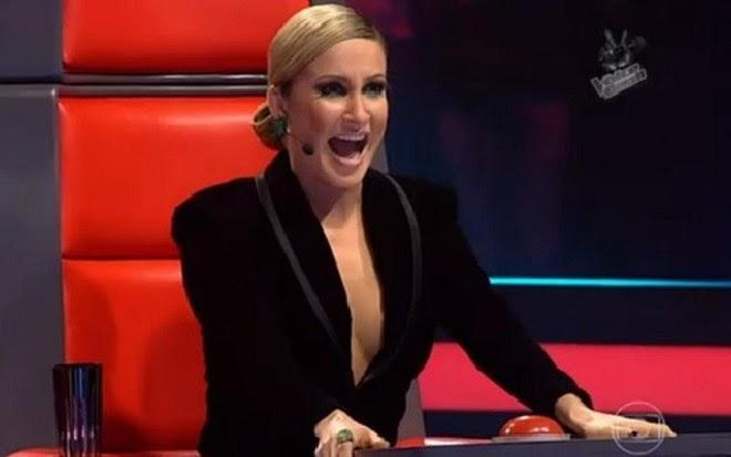 A cantora Claudia Leitte usa roupa com decote generoso durante o programa The Voice Brasil  - Reprodução/TV Globo