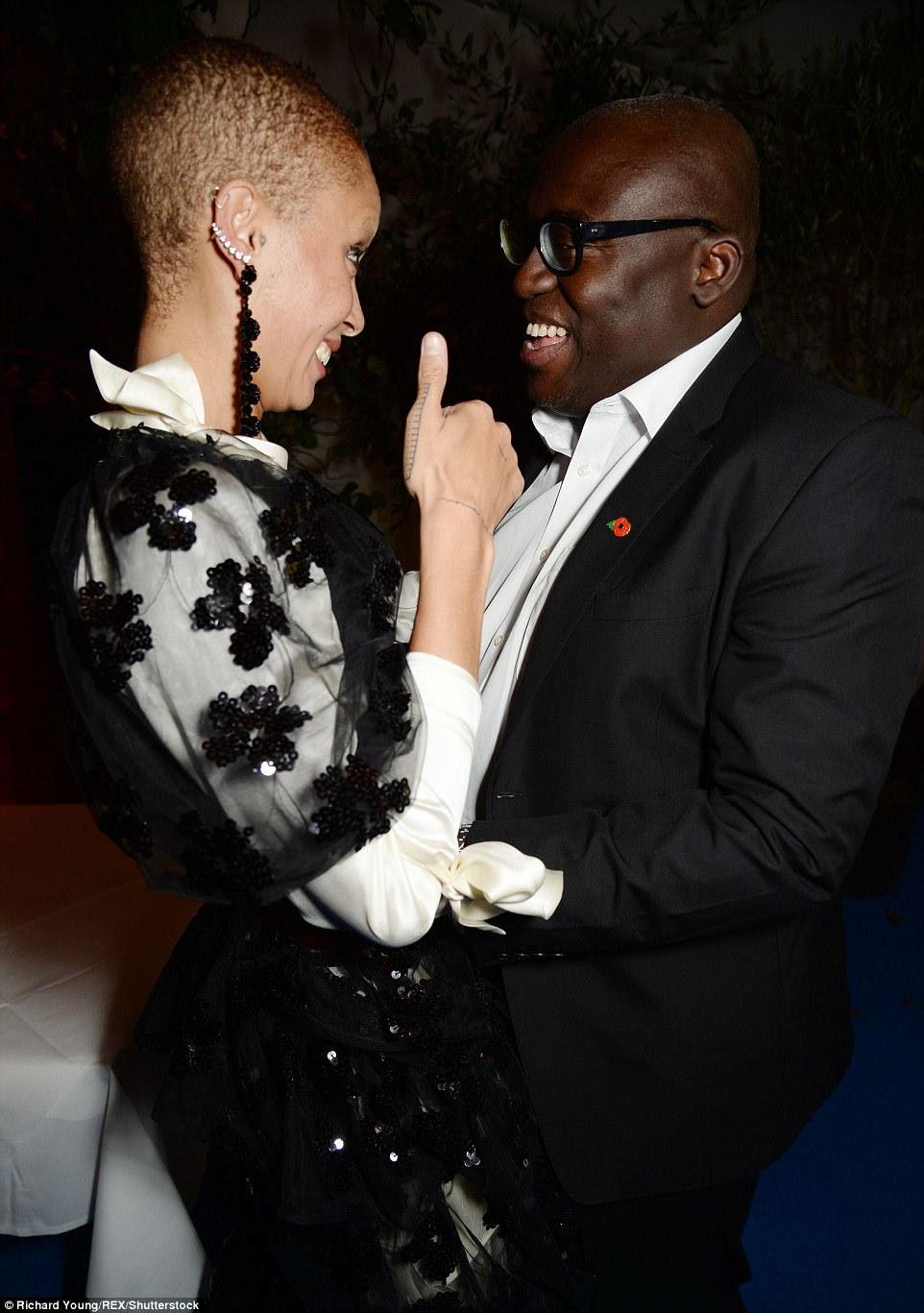 Dias felizes: enquanto se preparava para revelar a própria capa da Vogue, Adwoa parecia incrivelmente chique em um vestido monocromático com uma camada de creme em cima de um corpo preto e preto, adornado com apliques florais (retratado com Edward Enniful)