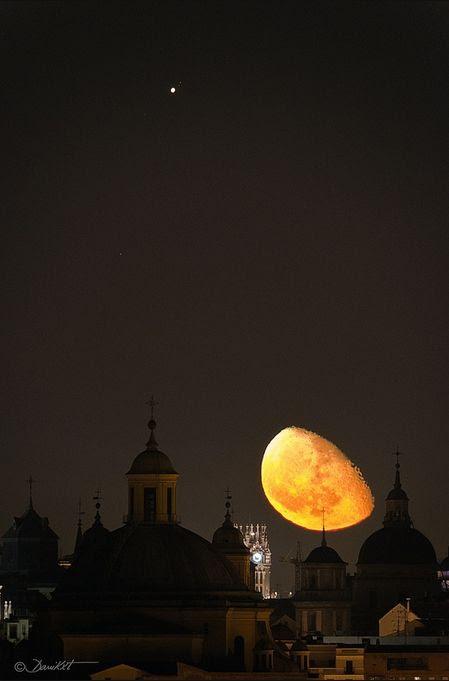La Luna menguante, sobre Madrid, con Júpiter como testigo. La imagen es, estéticamente, muy buena. La curiosidad es que ese astro que luce sobre la cúpula de la Real Basílica de San Francisco de Madrid, en primer plano, no es una estrella, sino Júpiter.