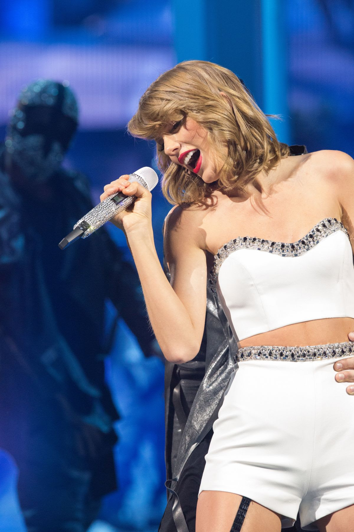 TAYLOR SWIFT Performs at 1989 World Tour in Singapore 11/07/2015