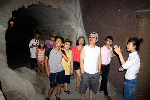 Mỗi ngày có hàng nghìn lượt du khách đến khu nghỉ dưỡng Bà Nà và vào hầm rượu tham quan.  Nguyễn Đông