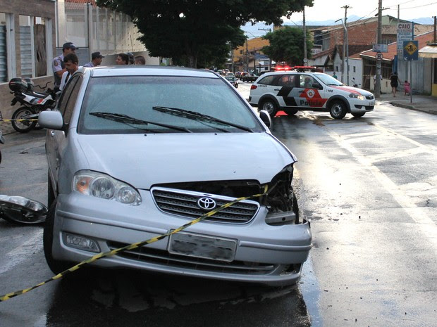 Carro do PM envolvido na tentativa de homicídio após a detenção em Taubaté. (Foto: Rauston Naves/Voz do Vale)