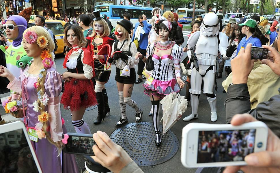 Pessoas fantasiadas participam de um desfile de Halloween em rua de Kawasaki, sul de Tóquio (Japão)