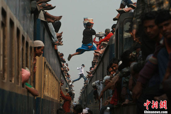 Bangladesh Muslims on crowded train