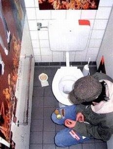 Mengintip Orang Di WC