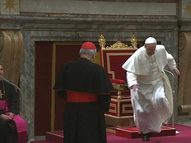 O Papa Francisco tropeça durante encontro com cardeais na Sala Clementina, no Vaticano. (Foto: AP/TV do Vaticano)