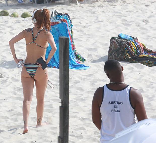 Luiza Possi na praia da Barra da Tijuca (Foto: AgNews)