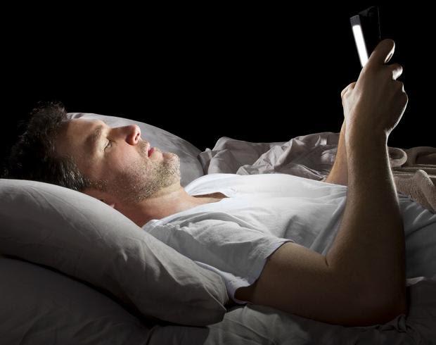 احذر استخدامات الهاتف الذكي قبل النوم تزيد الوزن