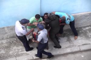 Una de las detenciones a Juliet Michelena Díaz en la vía pública_foto cortesía de Martha Beatriz Roque