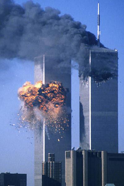Torre sul do WTC é atingida por avião; o outro prédio havia sido atacado mais cedo