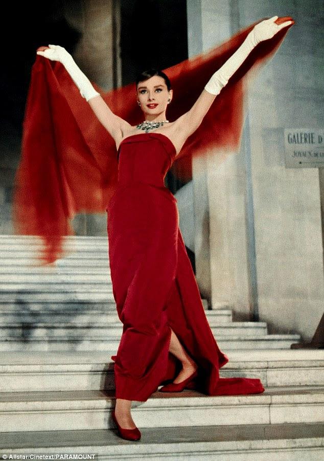 1957, Funny Face: Hepburn faz uma entrada em um deslumbrante vestido Givenchy no filme