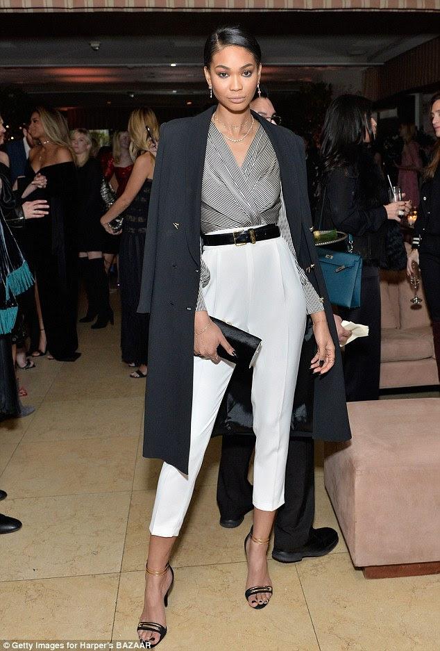 Super chique: Chanel Iman mostrou seu lado sofisticado em calças brancas de cintura alta, um top listrado e jaqueta preta vestida sobre seus ombros