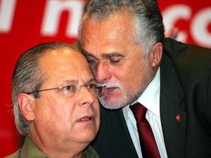 13/05/2005 - O ministro da Casa Civil José Dirceu, e José Genoino conversam durante seminário do PT em São Paulo. (Foto: PAULO PINTO/AGÊNCIA ESTADO)