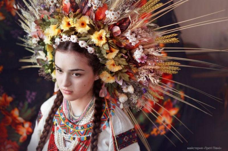 Mulheres modernas usando coroas tradicionais ucranianas dão um novo significado a uma antiga tradição 16
