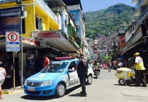 Moradores da Rocinha lincham suspeito de agredir bebê