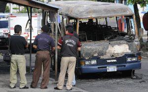 Restos de un autobús tras un ataque en San Salvador.