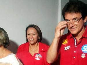 Candidata ao Senado Fátima Bezerra chega para votar na Universidade Estácio de Sá, na Zona Sul de Natal (Foto: Ediana Miralha/G1)