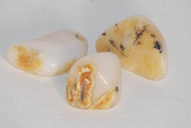 Opale blanche pierre roulée