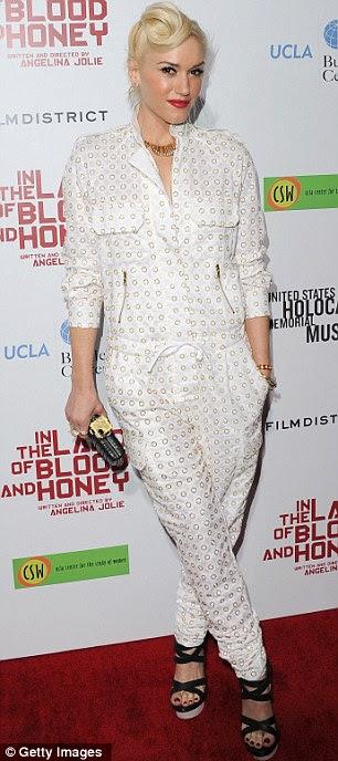 Você tem um amigo: Gwenh Stefani chegou à première do filme usando um terninho branco incomum estampados e sandálias de tiras pretas