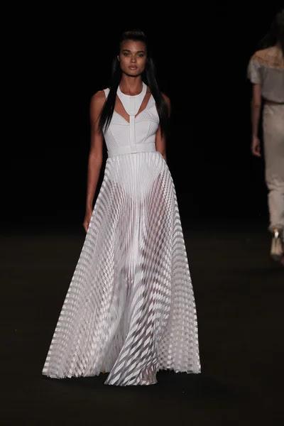 Modelo camina la pasarela en el desfile de modas meskita — Foto de Stock #52744003