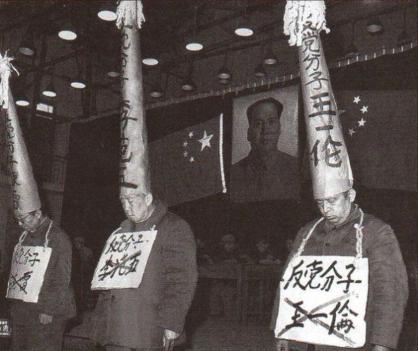 Nhục nhã: chiếc mụ nhọn bêu rếu những người bị lên án. Có những cán bộ nào đó luôn bị lôi ra giới công cộng, thống đốc Li Fanwu (ở giữa) tổng cộng là 2000 lần. Ảnh: GEO Epoche
