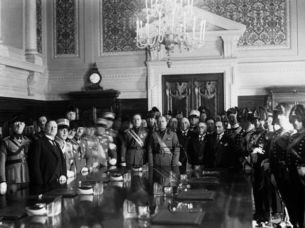 Mussolini con i membri del tribunale speciale che processava gli oppositori