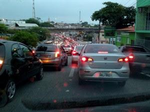 Trânsito em Natal devido ao apagão que atingiu a cidade (Foto: Felipe Gibson/G1)