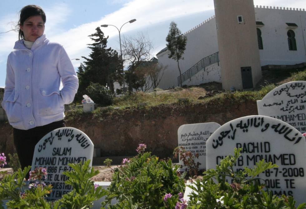 Fátima Mohamed, en 2009, en el cementerio de Melilla junto a la tumba de su novio.
