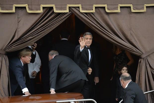 George Clooney chega ao hotel Aman (Foto: AFP)