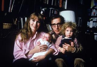 Mia Farrow com o filho Satchel no colo e Woody Allen e Dylan no colo (Foto: Getty Images/Agência)
