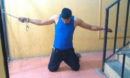 Uno de los detenidos que fue encadenado. Foto: Especial