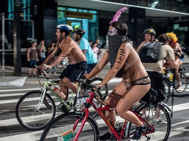 Ciclistas percorreram a Avenida Paulista pelados na noite deste sábado (15) (Foto: Gabriela Biló/Futura Press/Estadão Conteúdo)