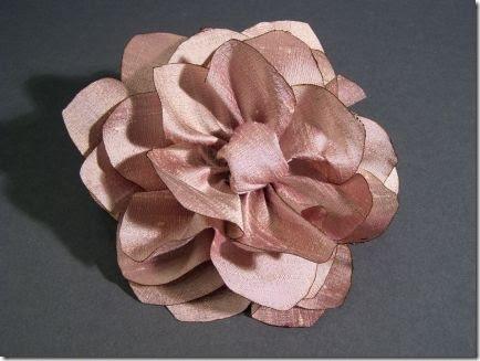 Flor feita em seda para diversas aplicações