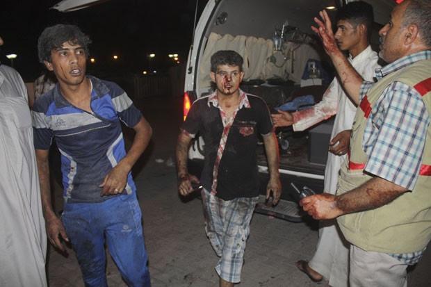 Homens se feriram no ataque em Nasiriyah, no Iraque (Foto: Reuters/Stringer)
