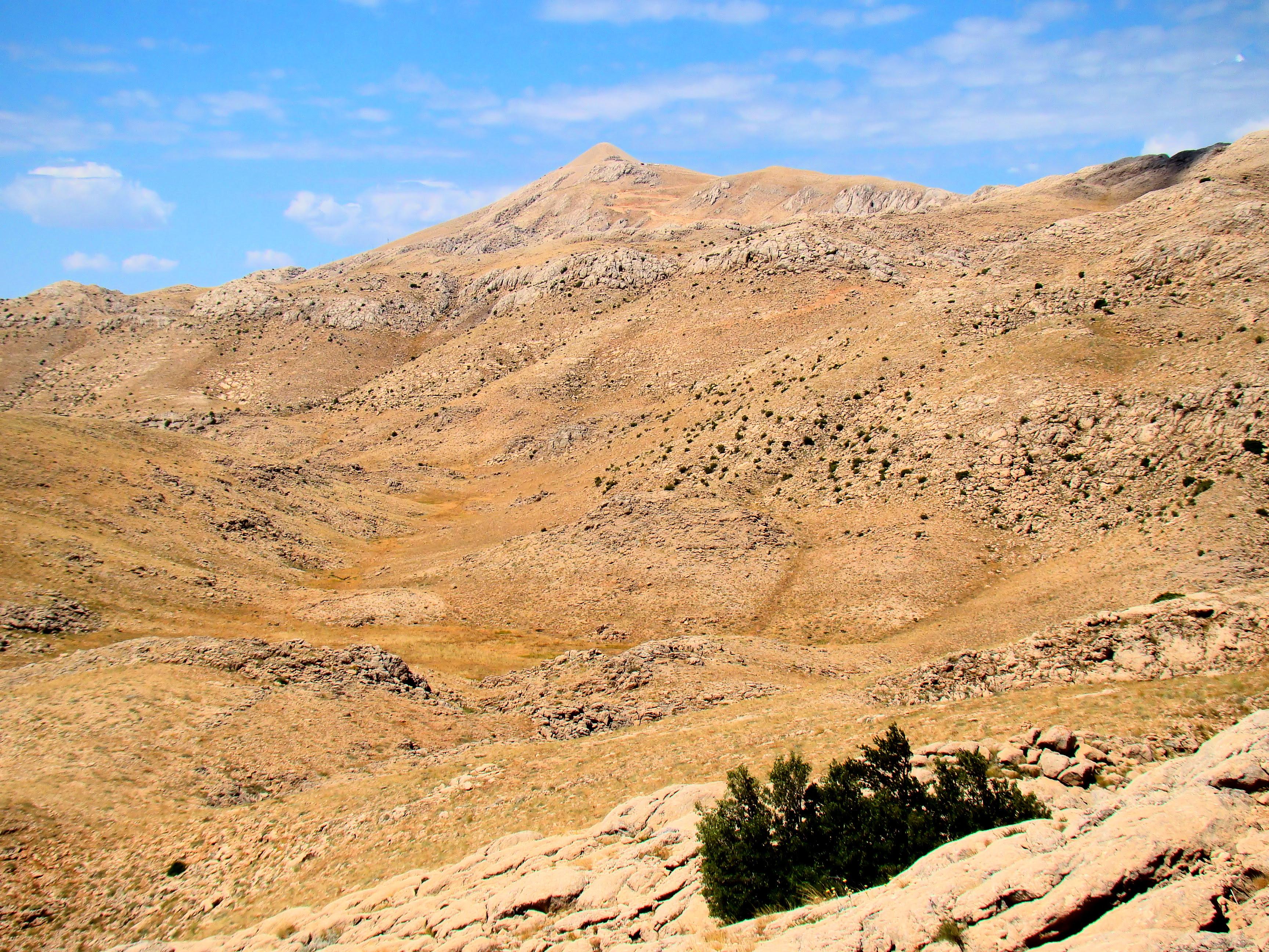 http://upload.wikimedia.org/wikipedia/commons/7/7d/Mount_Nemrut_2134m_From_Northeast.JPG