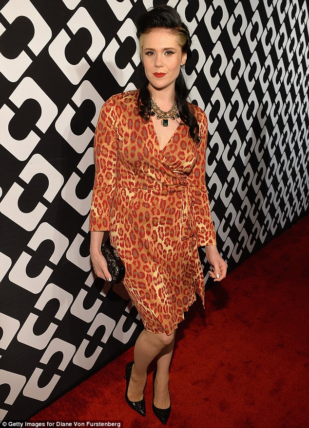 Ouça seu rugido: Cantora Kate Nash desviou da norma monocromático, vestindo um vestido animal print vermelho-alaranjado com bombas pretas pontudas