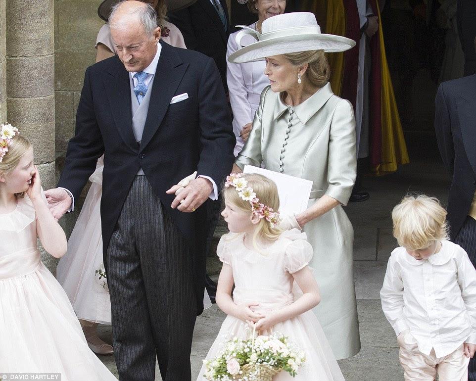 Lord e Lady Brabourne levar para fora meninas de flor depois que sua filha Alexandra Knatchbull casado empresário Thomas Hooper