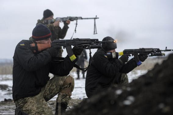 Ukrainian servicemen train with weapons at their position near Lysychansk, in Luhansk region January 29, 2015. REUTERS-Maksim Levin