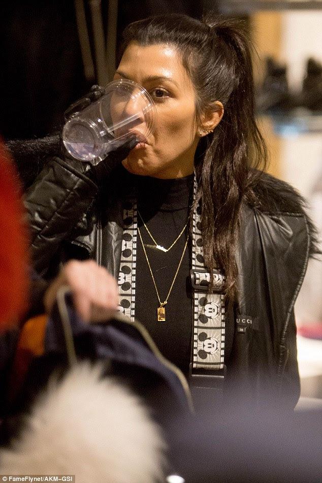 Thirsty trabalho: Kourtney supped voltar uma bebida como ela shopped com Scott Disick
