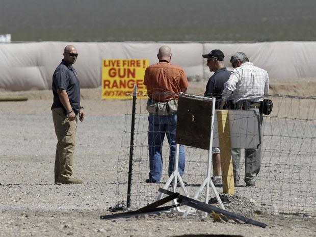 Homens no Las Stop, estande de tiro onde uma menina matou acidentalmente seu instrutor  (Foto: John Locher/AP)