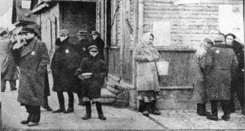 http://www.holocaustresearchproject.org/revolt/images/Jews%20living%20in%20the%20ghetto.jpg